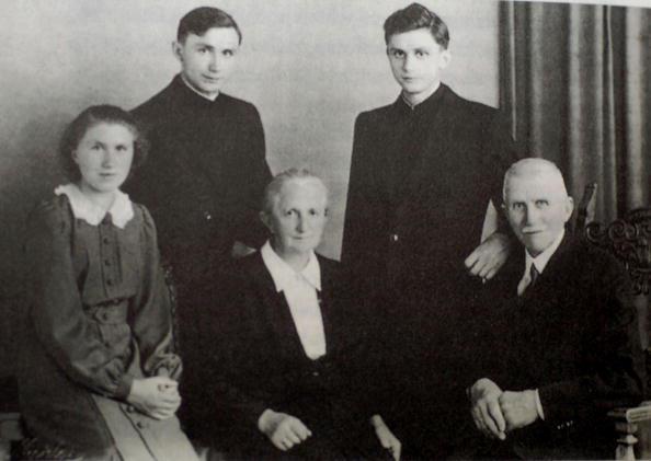 giovane seminarista in famiglia