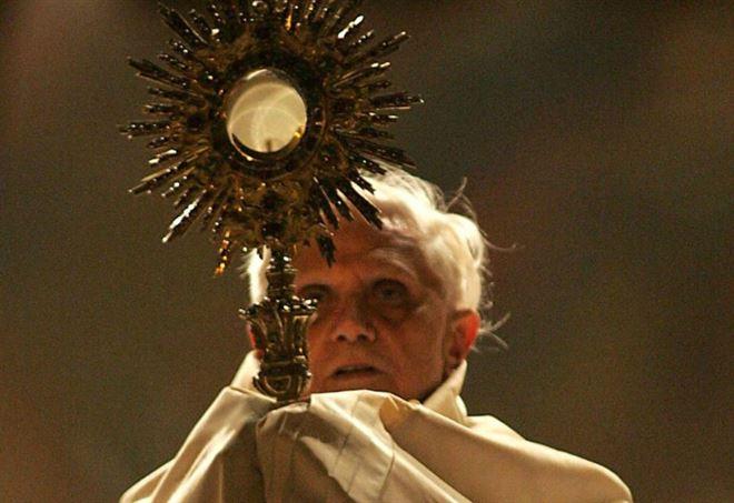 papa_benedettoXVI_ratzinger_corpusdomini_lapresse_2005_thumb660x453