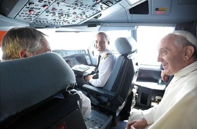 papa-francesco-in-cabina-aereo