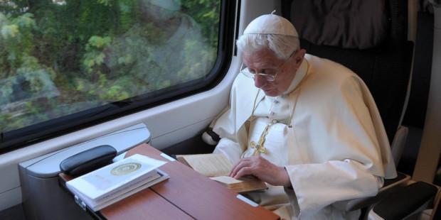 web3-pope-benedict-xvi-reading-osservatore-romano-afp1