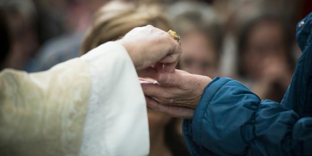 web-communion-eucharist-hands-001-jeffrey-bruno
