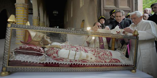 web3-italy-pope-benedict-xvi-quake-visit-collemaggio-afp-000_par2528886
