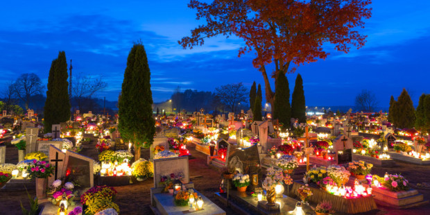 web-poland-cemetery-candles-all-saints-de-patryk-kosmider-i-shutterstock