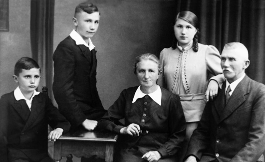 benedetto-xvi-joseph-ratzinger-giovane-georg-maria-famiglia-genitori-fratello-sorella