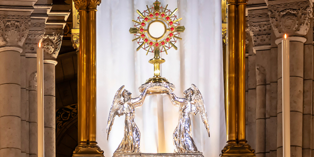 web3-monstrance-eucharist-adoration-the-basilica-of-the-sacred-heart-of-paris-shutterstock_1064073494