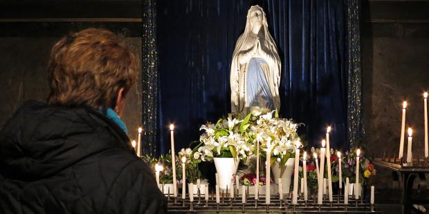 web3-woman-prayer-pray-mary-statue-candles-godong-fr481737a